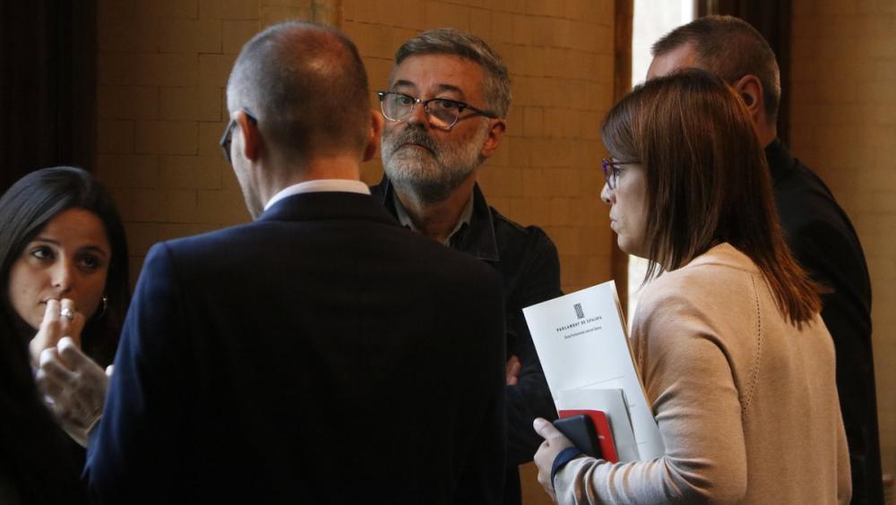 Els diputats de la CUP Maria Sirvent i Carles Riera parlen amb els de JxCat Josep Costa i Gemma Geis