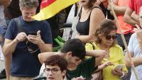 Un grup de manifestants pendent dels seus telèfons, ahir