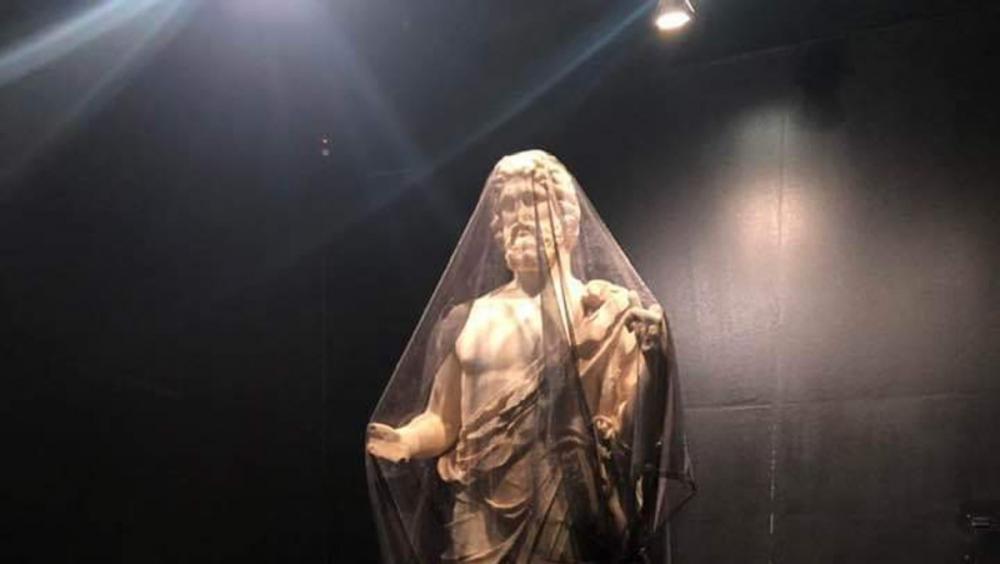 L'estàtua de l'Esculapi, coberta per un vel negre ahir a la seu a Empúries del Museu d'Arqueologia