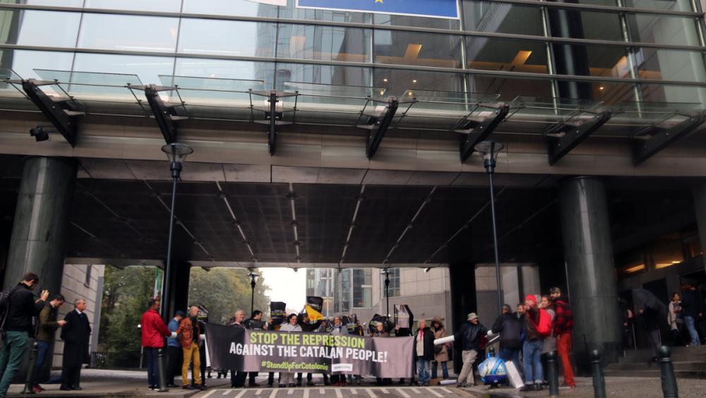Un grup d'activistes de l'ANC s'encadenen a l'entrada del Parlament Europeu
