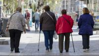 Un grup de dones grans passejant