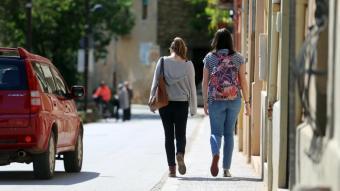 Dues dones caminant pel carrer