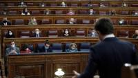 Casado –en primer pla– s'adreça als diputats que hi ha a l'hemicicle, mentre el president del govern espanyol, Pedro Sánchez, l'escolta des del seu escó