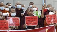 Monjos budistes, protestant ahir davant de l'ambaixada de Tailàndia a Rangun