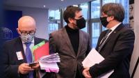 Els eurodiputats de Junts, Toni Comín i Carles Puigdemont, amb el seu advocat, Gonzalo Boye