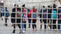 Diversos alumnes entren en una escola a Figueres