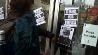 Alumnes de l'Institut del Teatre enganxen cartells a la porta del centre per denunciar els presumptes casos d'abús de poder i assetjament
