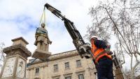 Treballs de retirada de l'estàtua d'Antonio López, ara fa tres anys