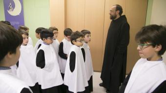 Efrem de Montellà, el prefecte de l'Escolania, i els escolans, abans d'entrar a la basílica a cantar, el gener del 2020