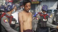 La policia s'emporta detingut un manifestant a Yangon