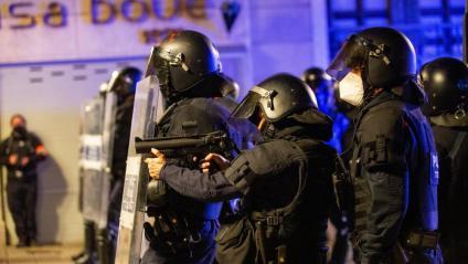 Un antidisturbis, amb una escopeta de bales de 'foam', en una protesta a Girona