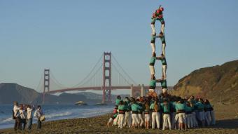 La torre de 7 plantada a la platja Baker, amb el Golden Gate de fons, pels Castellers de Vilafranca, l'octubre del 2019