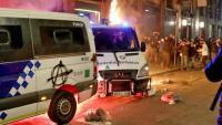 La furgoneta incendiada per un grup de manifestants amb l'agent de la Guàrdia Urbana encara a l'interior del vehicle