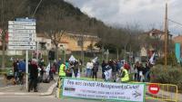 La carretera de la Canya tallada pels veïns de l'Avinguda Sant Jordi d'Olot