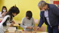 Professor i alumnes de l'Escola Els Pins
