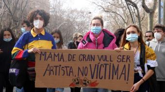 Estudiants d'arts en viu a la manifestació per la vaga convocada contra els casos d'abusos de poder i assetjament