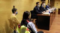 Imatge del primer dia del judici, amb l'acusada a l'esquerra de l'agent dels Mossos d'Esquadra