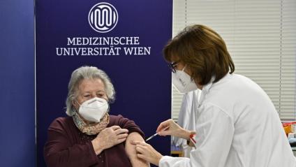 Una dona rep una de les primeres vacunes a Àustria, a finals de desembre