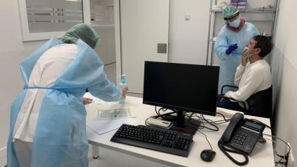 Una sanitària fa una prova PCR a un home a Lleida