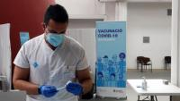 Un sanitari prepara una vacuna