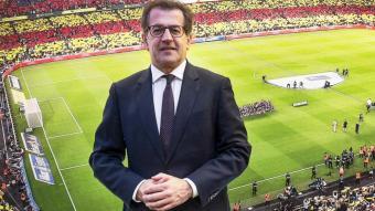 Toni Freixa, amb una imatge del Camp Nou de fons