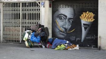 Una persona sense llar dormint al carrer
