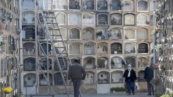 El cementiri  del barri de les Corts en la proximitat de la festa de Tots Sants del 2020