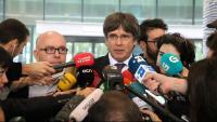 L'advocat, Gonzalo Boye, i l'expresident, Carles Puigdemont, durant una roda de premsa a la sortida de la fiscalia de Brussel·les el passat 18 d'octubre