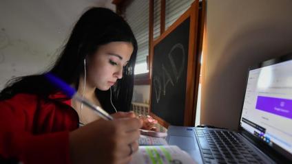 Una noia estudiant a distància a Milà. Dilluns tancaran el 75% de les escoles a Itàlia