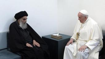 Francesc amb el gran aiatol·là Ali al-Sistani , ahir, durant la trobada a la casa del clergue a Najaf, a l'est de l'Iraq