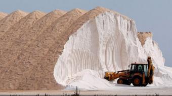 Les salines de Santa Pola (Baix Vinalopó), totalment cobertes de pols sahariana