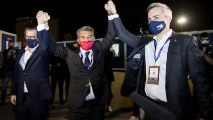 Toni Freixa i Víctor Font aixequen les mans de Joan Laporta, nou president del FC Barcelona