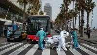 El personal sanitari de l'hospital del Mar de Barcelona treu una pacient a prendre el sol