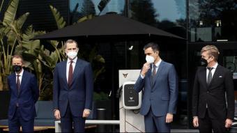 D'esquerra a dreta, el president del Grup Volkswagen, Herbert Diess, Felip VI, Pedro Sánchez i el president de Seat i Cupra, Wayne Griffiths, durant una visita a l'empresa automobilística